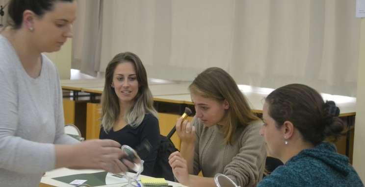 Parceiros Voluntários presenteia mães com aula de automaquiagem