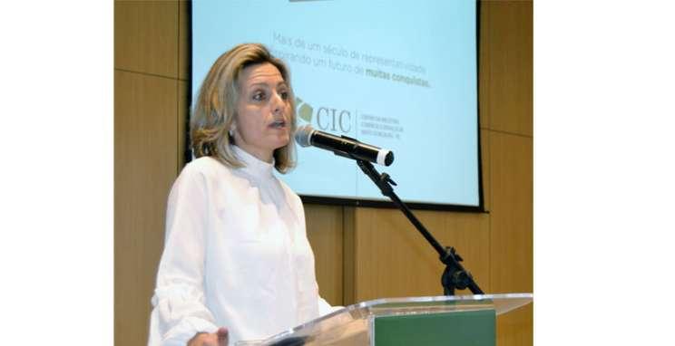 """""""Precisamos falar sobre política"""", diz Simone Leite"""